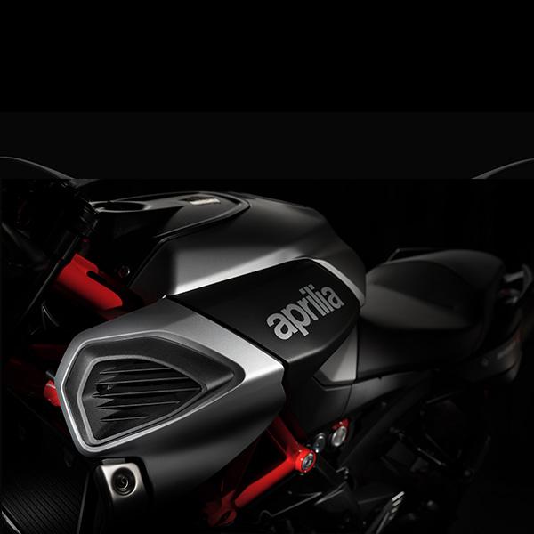 Moto modelo Shiver 900  color gris y rojo, marca Aprilia.
