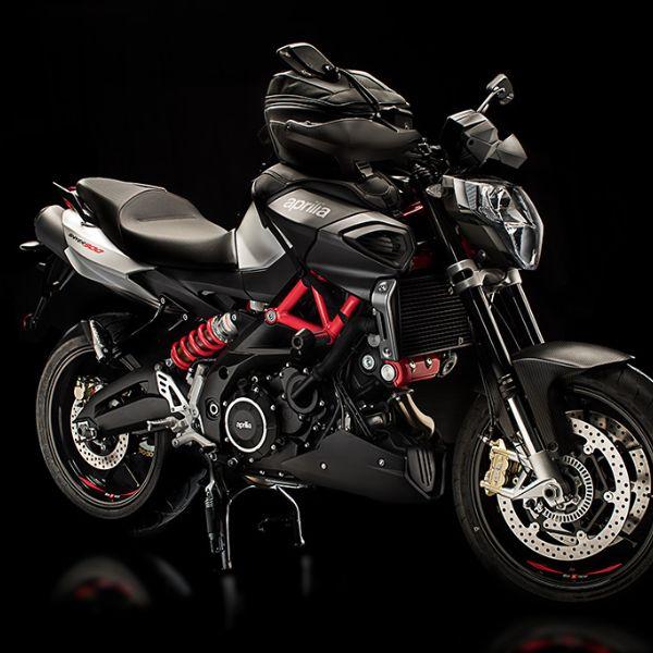 Moto modelo Shiver 900 color gris, rojo y negro, marca Aprilia.