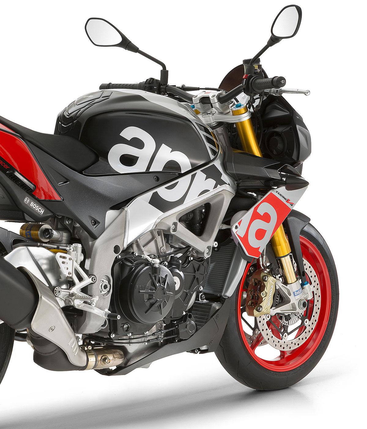 Moto Tuono V4 1100 RR color negro y gris con detalles en rojo.Electrónica completamente revisada de Aprilia