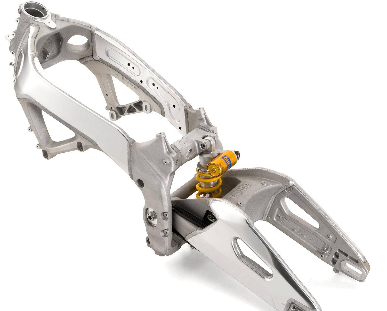 Detalle de frenos y suspenciones de Moto RSV4 RR. Marca Aprilia
