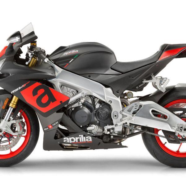 Rica gama de accesorios de Aprilia.Moto RSV4 RR color negro y gris con detalles en rojo. Marca Aprilia
